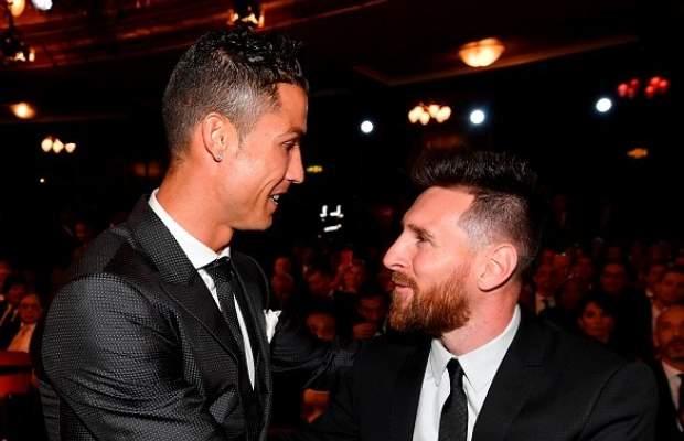 صورة تظهر رونالدو وميسي يتبادلان القبل!