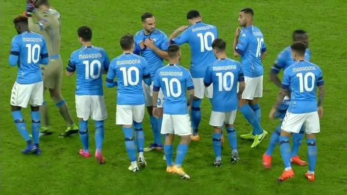 لاعبو نابولي بالقميص رقم 10 يكرمون مارادونا