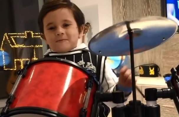 إبن ليونيل ميسي يظهر مواهبه الموسيقية