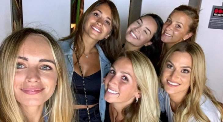 زوجات لاعبي برشلونة يودعن زوجة كوتينيو