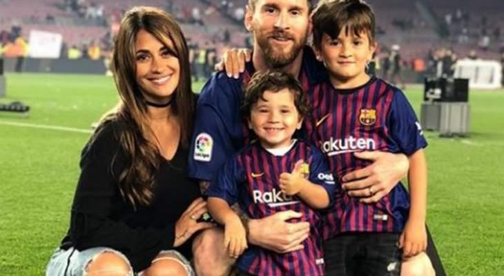 ليونيل ميسي يحتفل مع عائلته على أرض الملعب