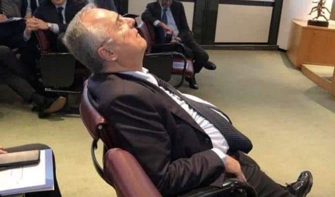 رئيس لاتسيو يغفو خلال إجتماع رابطة الدوري الايطالي