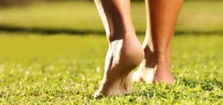 المشي حافي القدمين يساعد على الاسترخاء والتخلص من الآلام