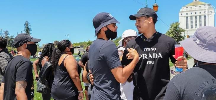 ستيفان كوري وكلاي طومبسون يشاركان في احتجاجات اوكلاند