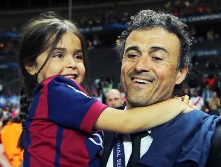 لاعبو برشلونة يعزون مدربهم السابق