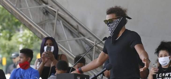 تراي يونغ يقود احدى المظاهرات الاعتراضية في اميركا