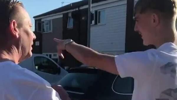 لاعب اليونايتد الشاب يقدم سيارة مرسيدس لوالده